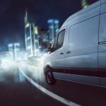 Lieferwagen fährt bei Dunkelheit